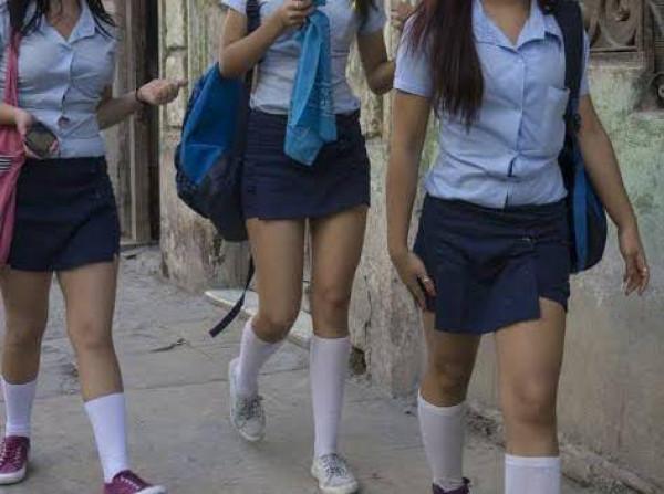 College Girl Shorts:शॉर्ट्स पहने छात्रा को नहीं मिली एग्जाम सेंटर में एंट्री परदा लपेटकर देनी पड़ी परीक्षा