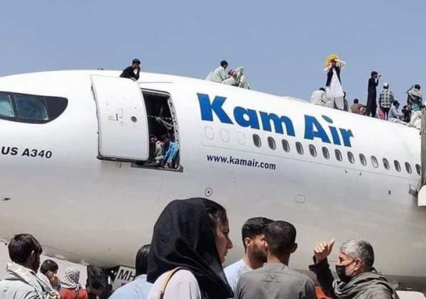 Afganistan Updates: क़ाबुल एयरपोर्ट पर प्लेनों में टैंपो टैक्सी की तरह चढ़ रहें हैं लोग कई गिरकर मरे डर व दहशत की कुछ तस्वीरें देखें यहाँ