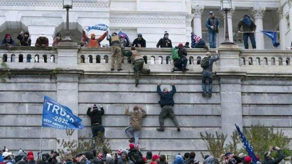 अमेरिका में बवाल:ट्रंप समर्थकों ने संसद में घुसकर की तोड़फोड़, आगज़नी, कब्ज़ा करने की कोशिस अब तक चार की मौत