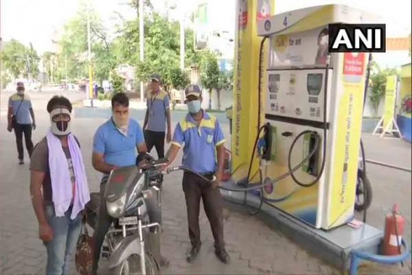 भारत में आसमान छू रही कीमतें पाकिस्तान में 51 रुपये लीटर बिक रहा पेट्रोल देखें पूरे विश्व का रेट कार्ड
