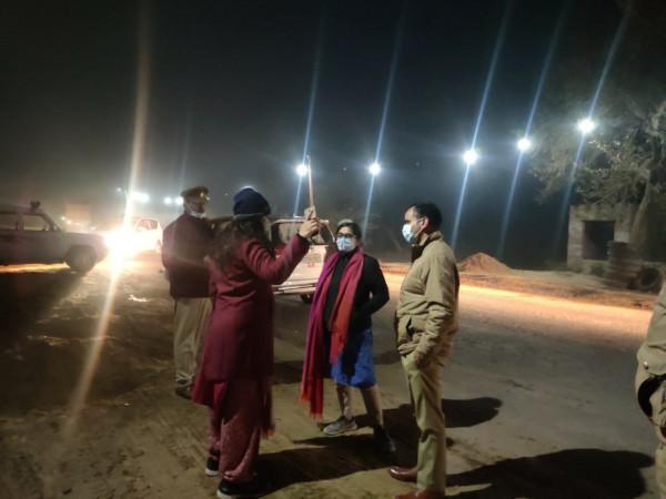 Fatehpur news:डीएम अपूर्वा दुबे ने देर रात 111 ओवरलोड वाहनों के विरुद्ध की कार्यवाही, मचा हड़कम्प