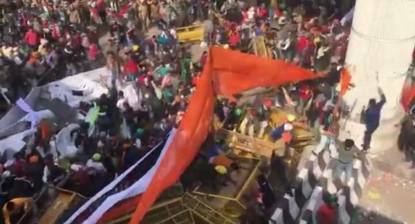 farmer tractor rally Live:तनावपूर्ण हुआ माहौल,किसानों की भारी भीड़ पुलिस ने किया लाठीचार्ज और दागे आँसू गैस के गोले, एक किसान की मौत